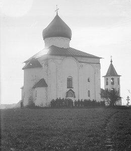 Церковь Спаса на Нередице. Группа слушательниц Высших Женских Курсов, посетивших церковь осенью 1896
