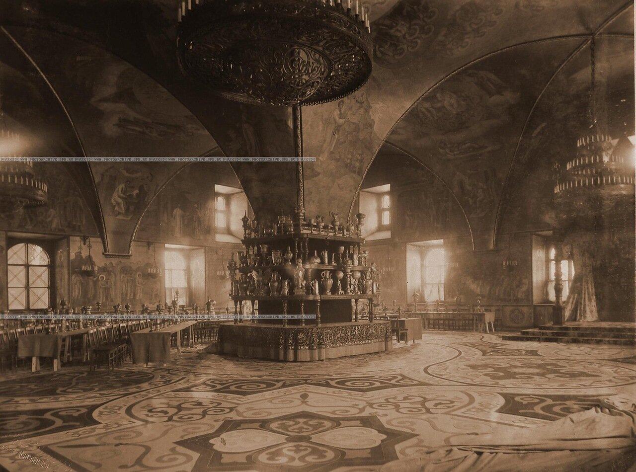 Интерьер Грановитой палаты с приготовленными столами для трапезы (сановников, высших духовных, военных и гражданских лиц), состоявшейся после окончания церемонии торжественной коронации