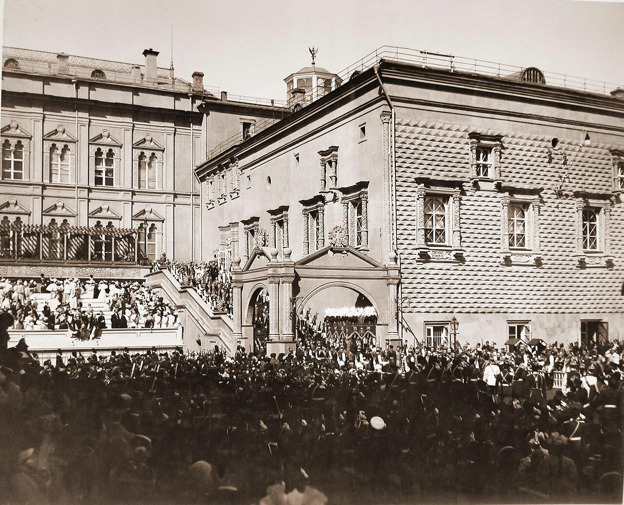 Вдовствующая императрица Мария Федоровна в сопровождении свиты спускается с верхней площадки Красного крыльца Грановитой палаты в день торжественной коронации