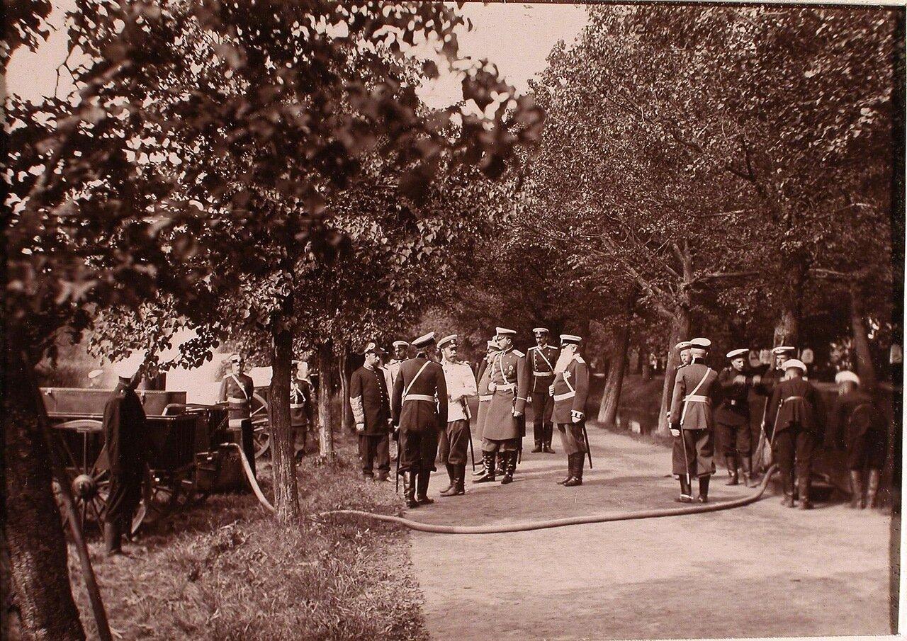 03. Император Николай II и группа сопровождающих его офицерских чинов за осмотром противопожарного инвентаря газовой батареи