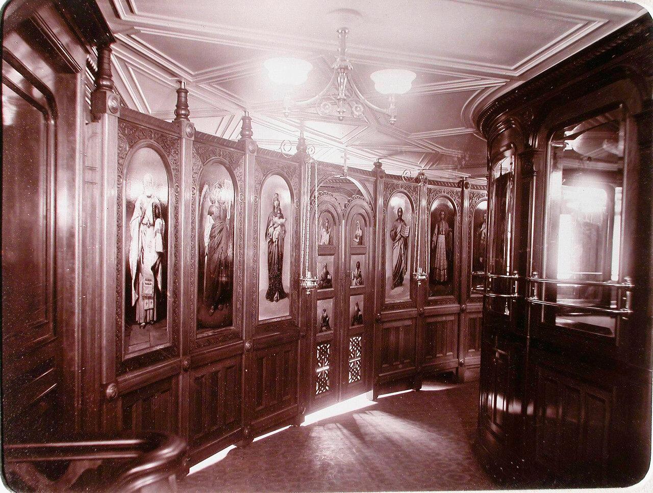 15. Вид части иконостаса, расположенного в галереи яхты «Штандарт»