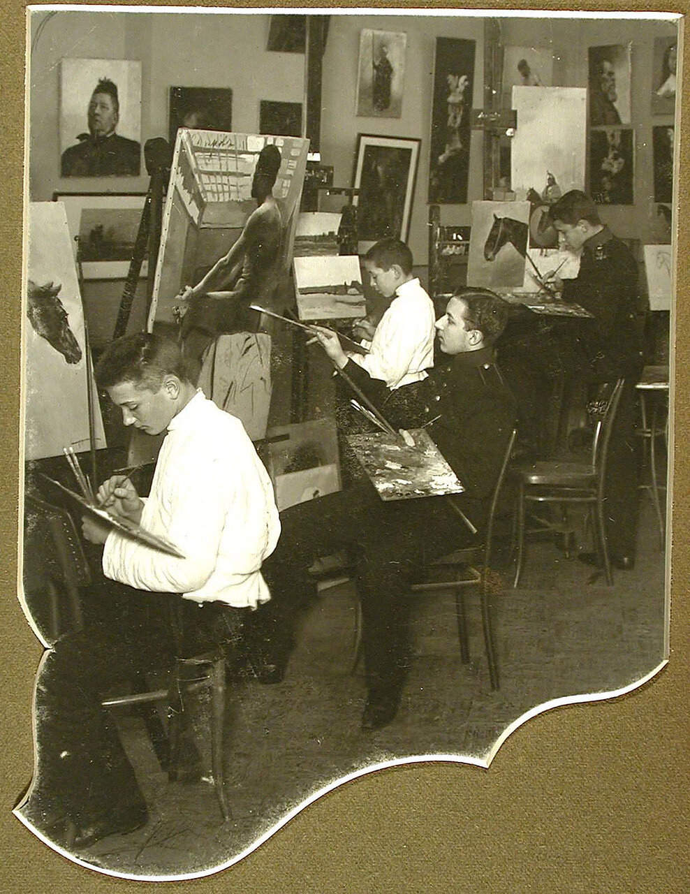 24. Воспитанники во время занятий в классе живописи