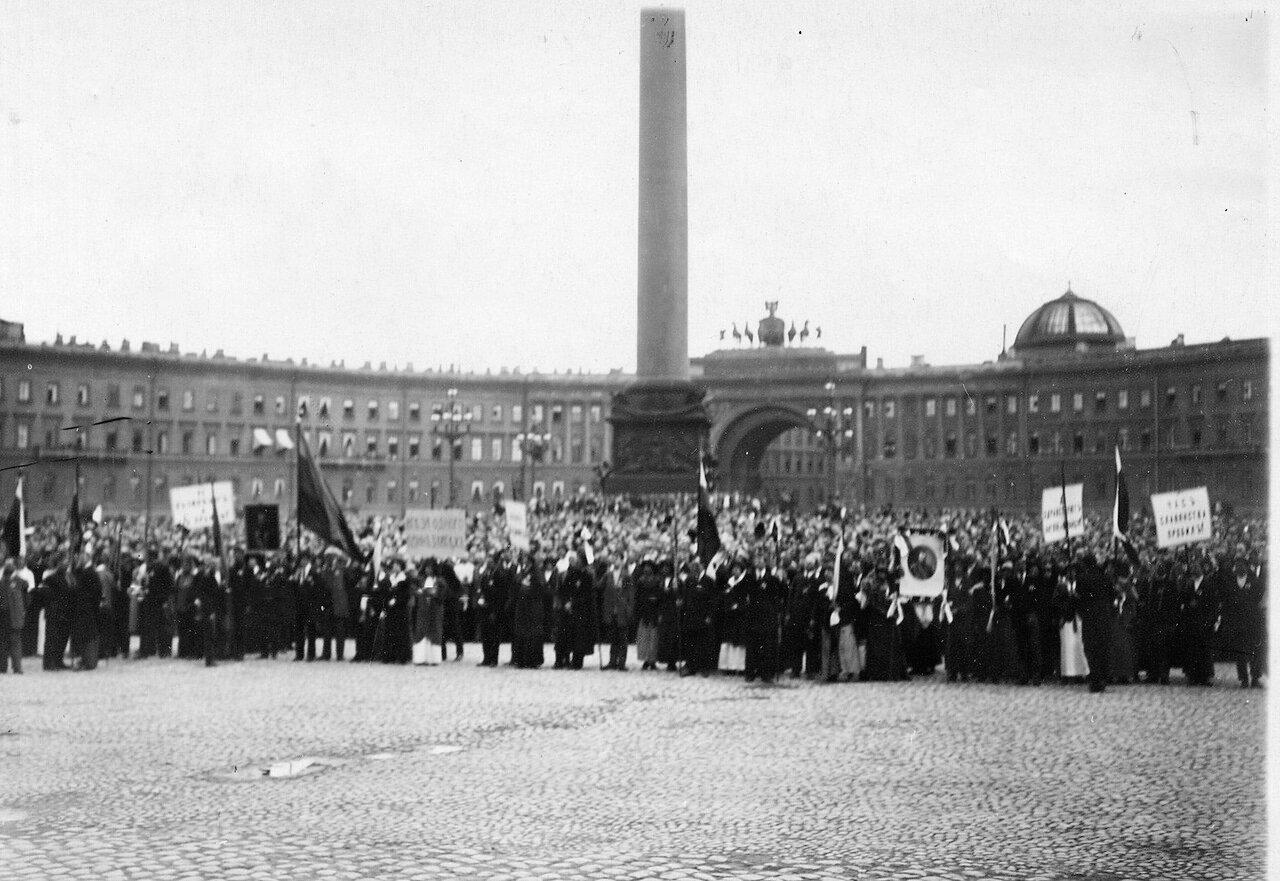 06.  На Дворцовой площади во время чтения манифеста об объявлении войны.