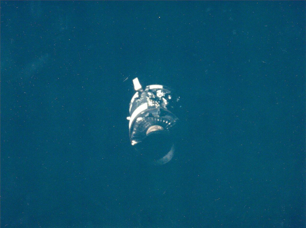 Командный модуль «Одиссей» корабля «Аполлон-13» был обесточен. В нём остался только Джон Суайгерт.На снимке: Поврежденный модуль