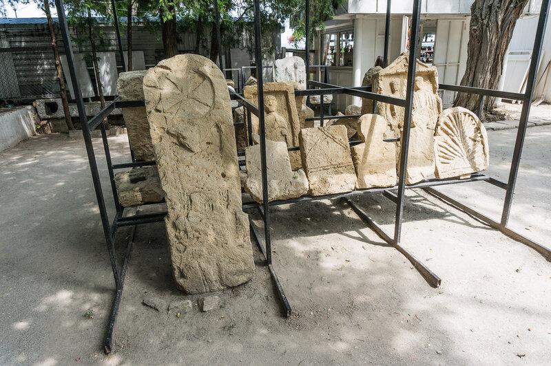Надгробные плиты и камни
