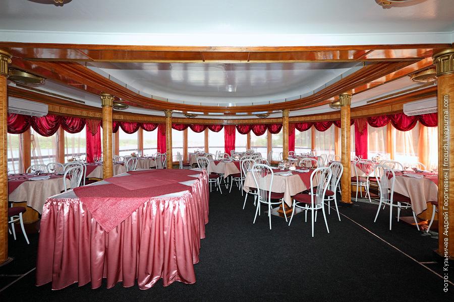 Панорамный ресторан в носовой части шлюпочной палубы теплохода Юрий Никулин