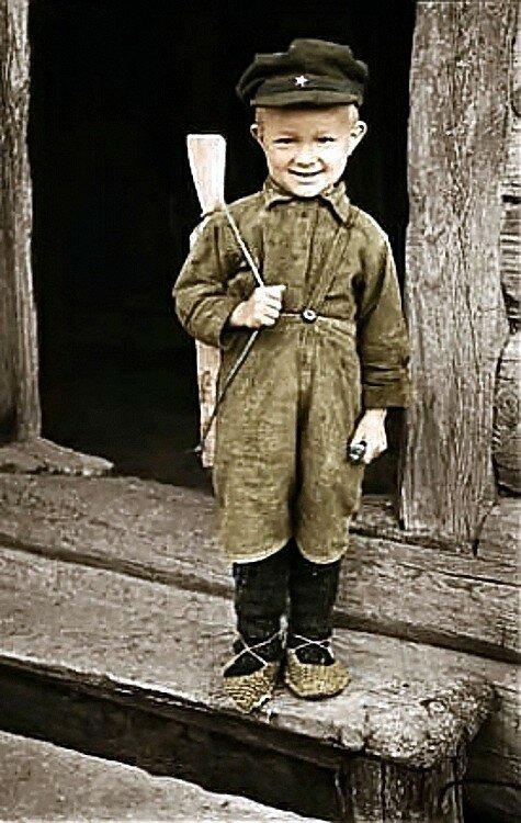 Михаил Савин, сын партизана. Белоруссия. Фото 1944 года..jpg