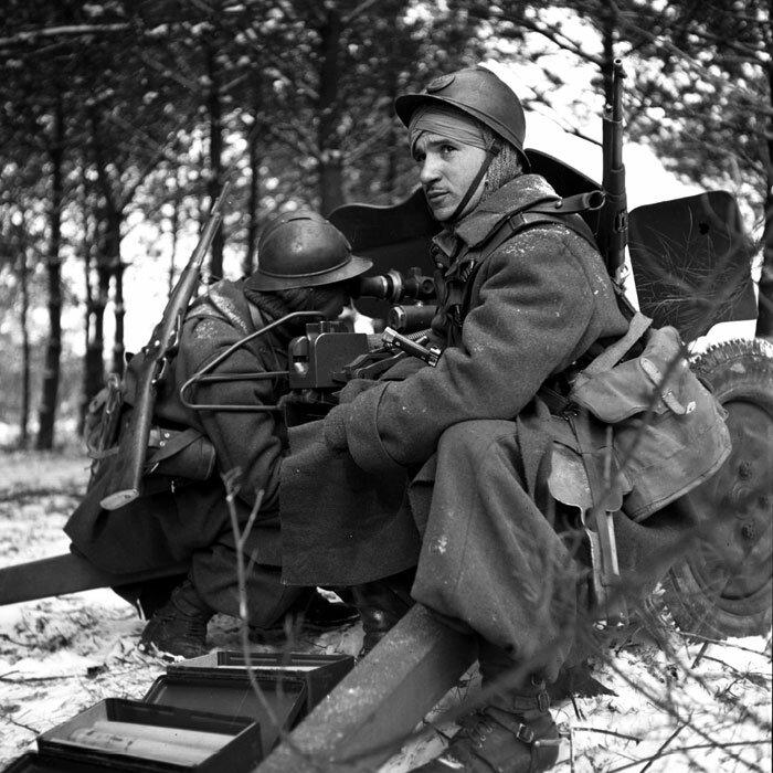Deux Spahis de la 3e BS (Brigade de Spahis) servent un canon antichar de 25 mm modèle 1934 lors d'un entraînement au tir durant l'hiver 1940 dans les Ardennes. Ils sont armés de mousquetons modèle 1892 M1916.