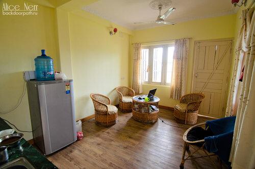 Гостиная-кухня в нашей квартирке в Pokhara Studio Inn