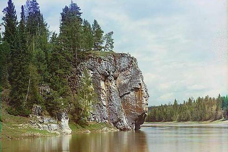 Скалы нависают на полотно реки (24.05.2013)