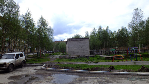Фото города Инта №4578  Двор (с западной стороны дома) Куратова 34 18.06.2013_13:30