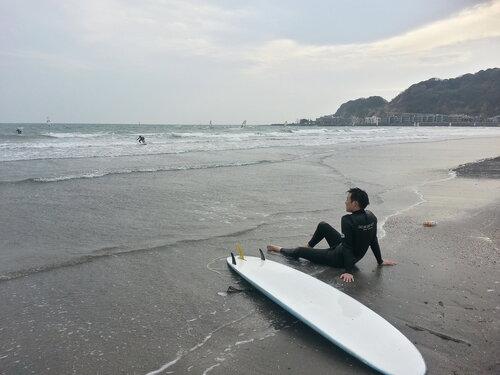 Японский серфер на поборежье