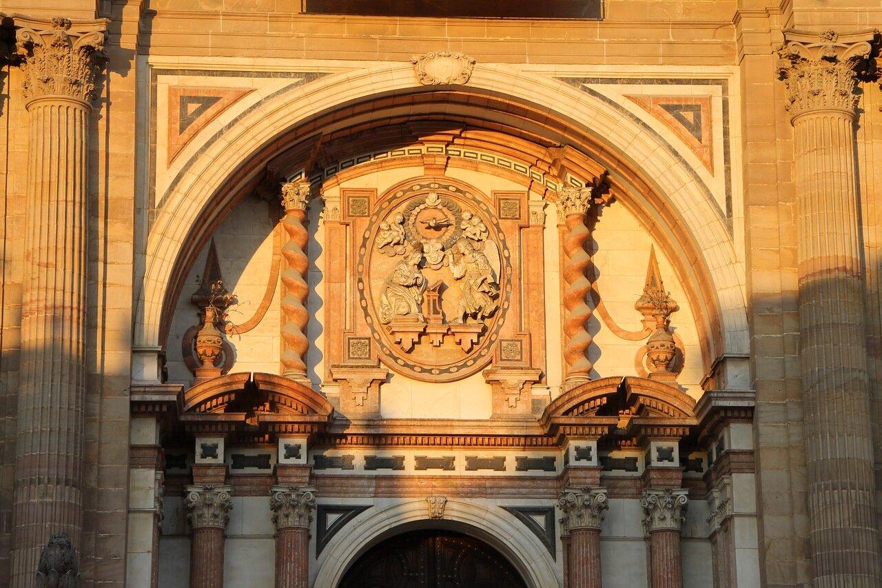 Малага. Кафедральный собор в закатных тонах. Главный портал