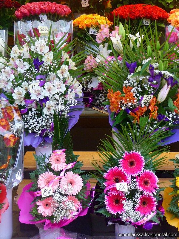 Цветочные киоски перед воротами Виру.