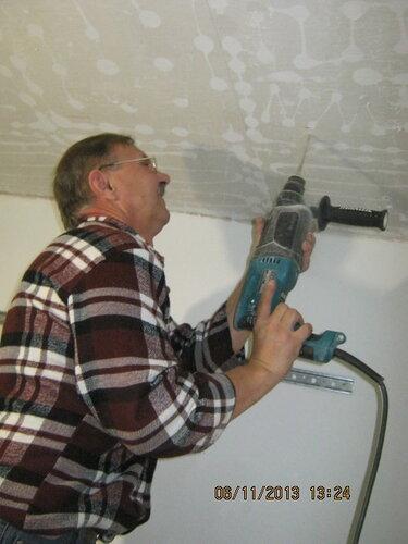 Монтаж крепёжных хомутов к потолку