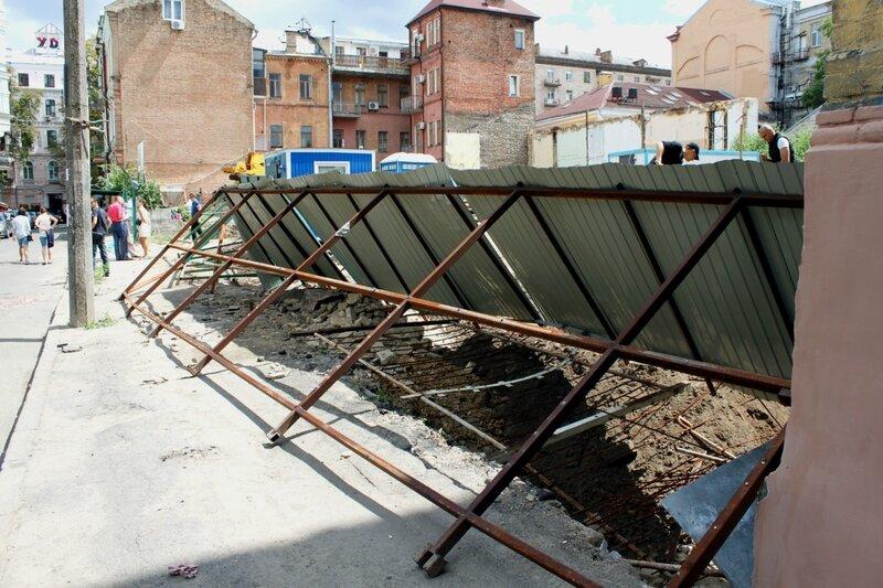 Перевернут забор перед стройкой