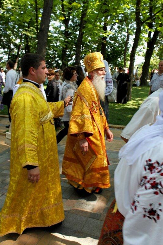 Священники расходятся после молебна