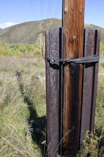 крепление столба на железной дороге Защита-Зыряновск обрезками исторических рельс