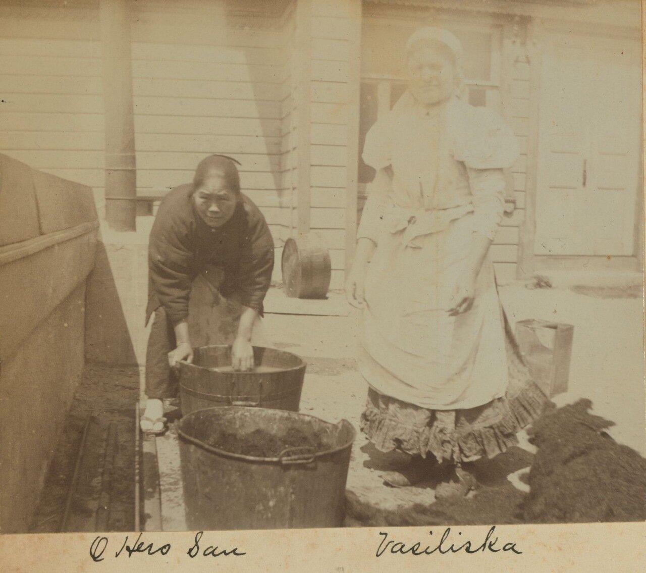 Охиро-Сан, один из японских горничных, и Василиска, прачка. 1899