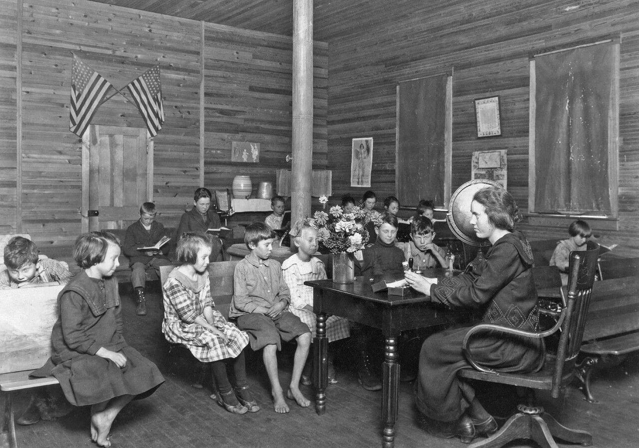 На уроке в школе. Западная Вирджиния, 1921