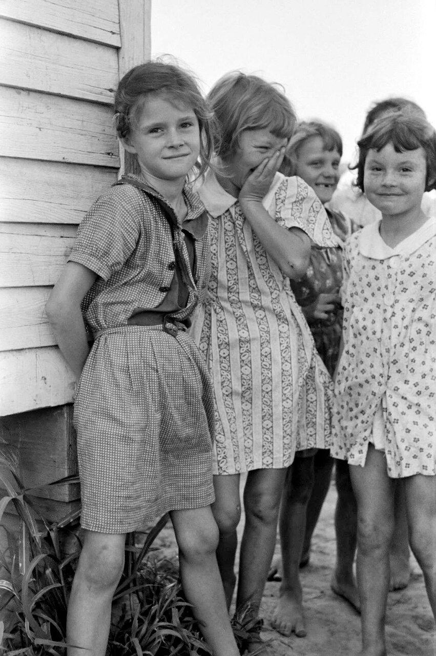 Дочки фермеров возле Ла Форж Проджект, Миссури, 1938