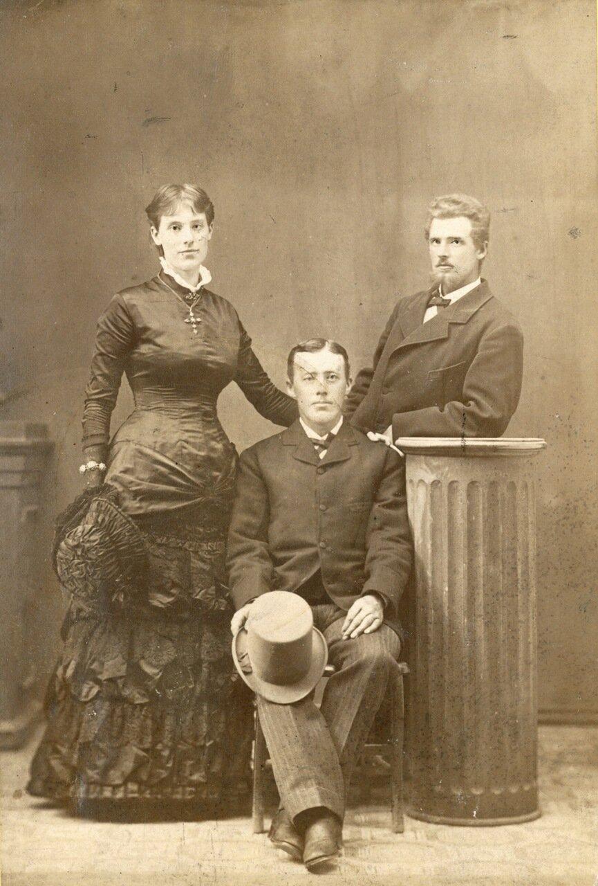 Капитан Густав Оберг и его жена Теодолинда с братом Бернхардом Ландхольмом. Официальная свадебная фотография