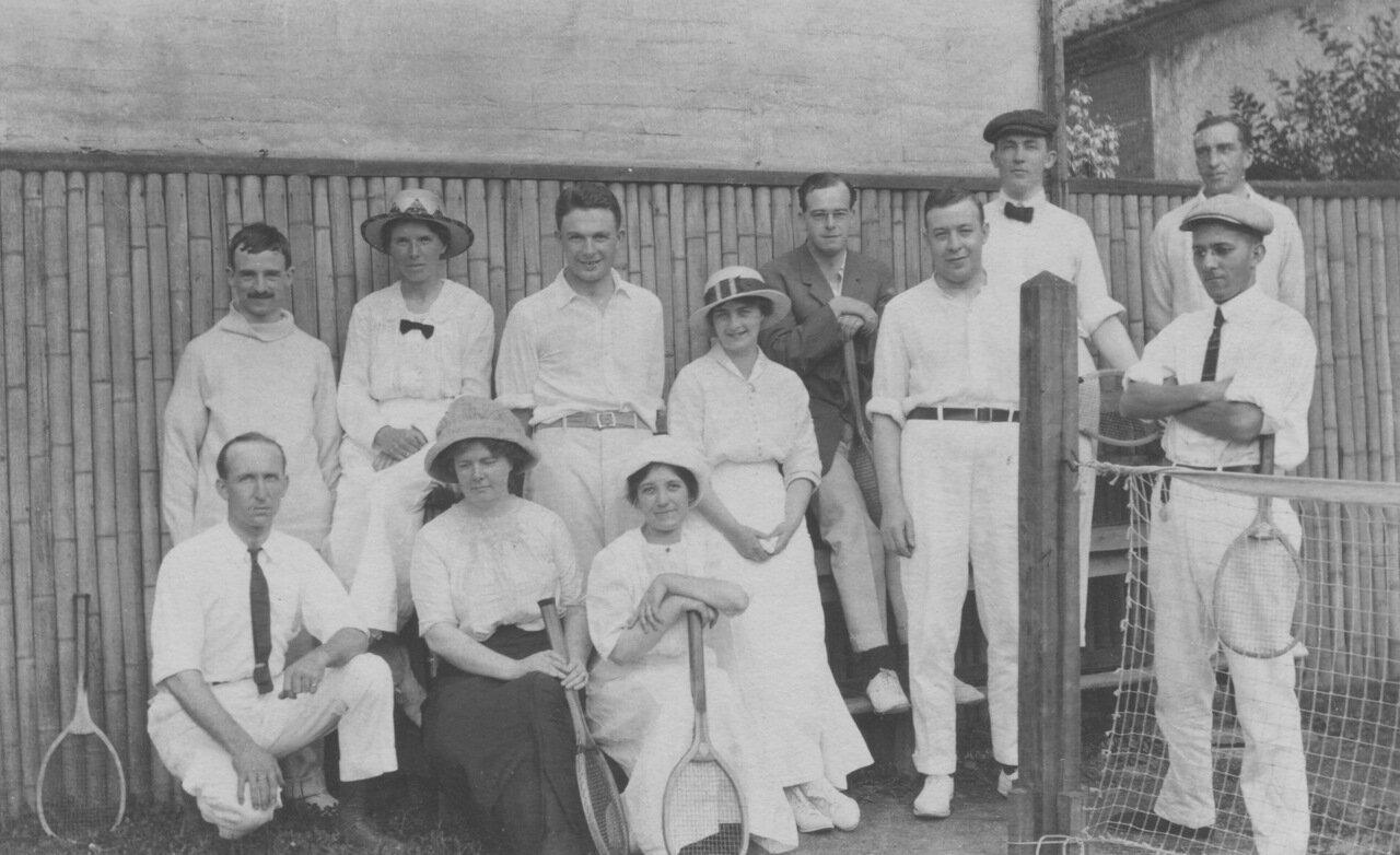 1912. Кэтлин и члены теннисного клуба