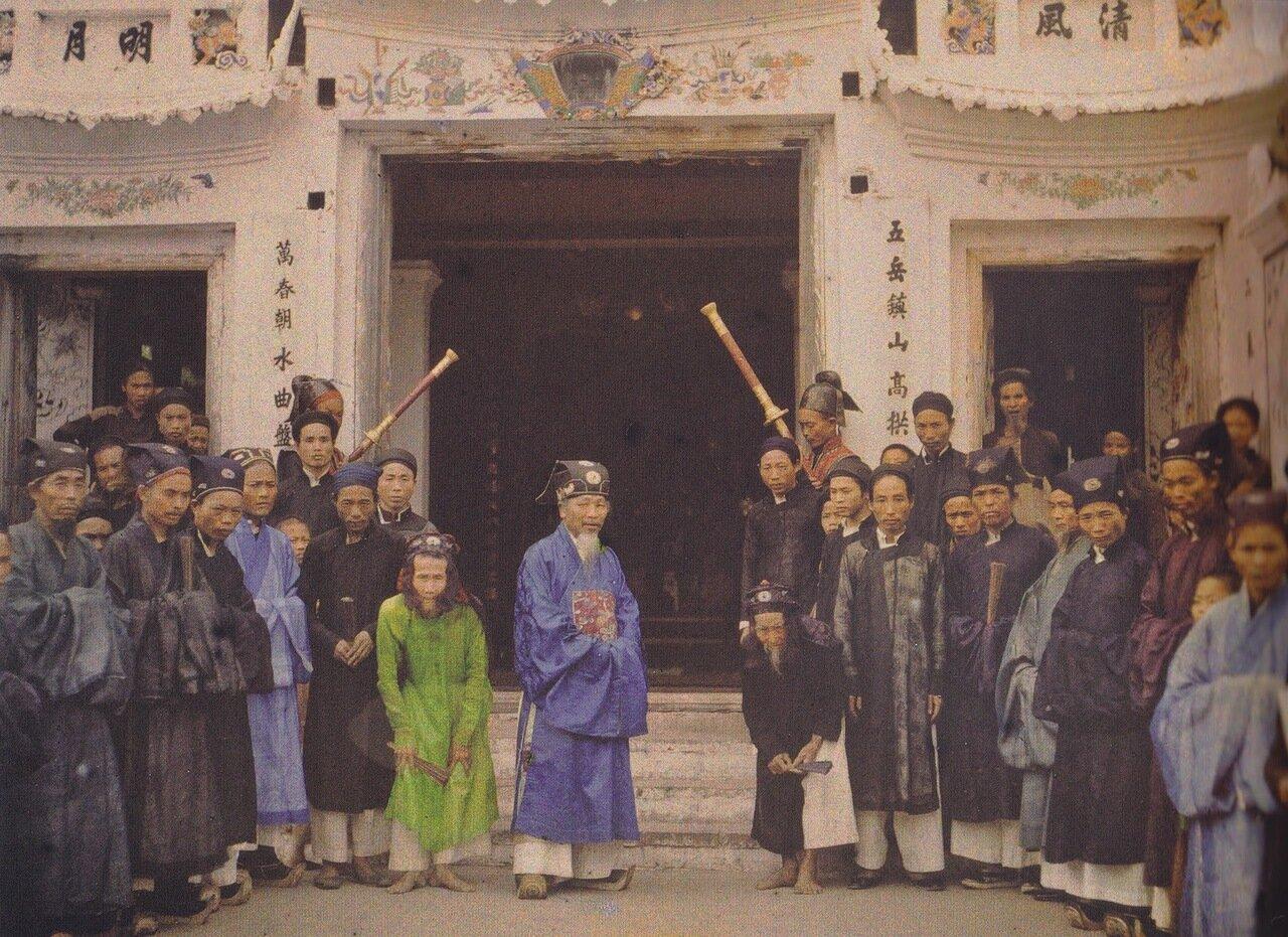 Чиновники муниципалитета собрались перед ратушей, 1915