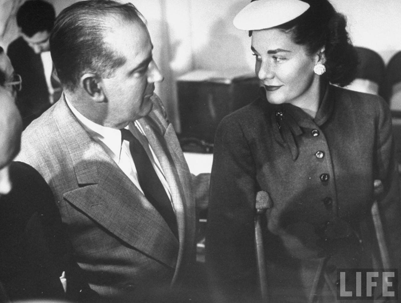 1954. апрель. Сенатор Джозеф Маккарти со своей женой во время перерыва в Сенате на слушаниях подкомитета по делу о проникновении коммунистов в армию