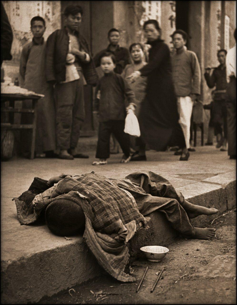 1946. Умирающий от голода беспризорник