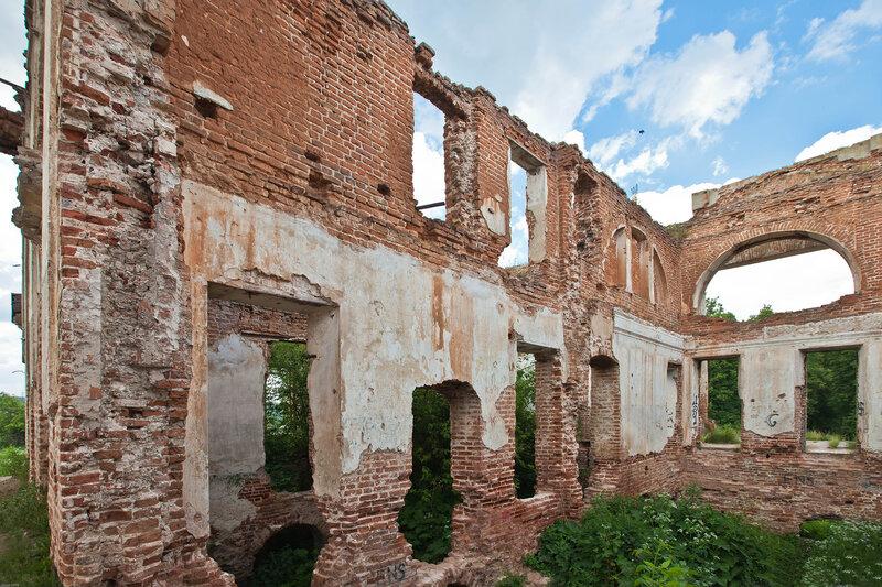 Развалины усадьбы Вяземских на Наре