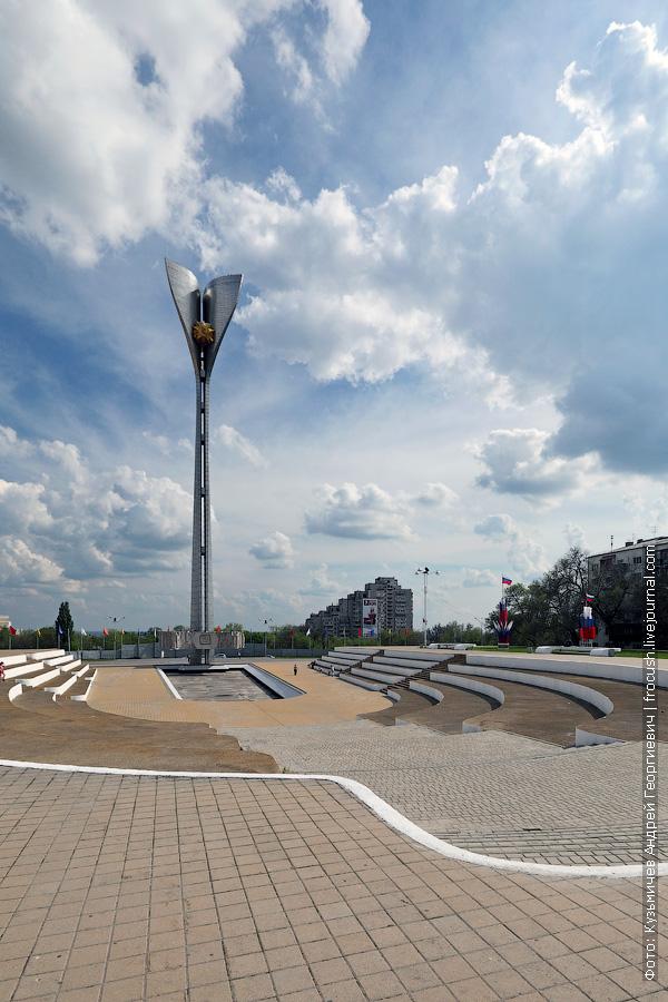 мемориал воинам-освободителям от немецко-фашистских захватчиков в 1941-43 гг. с 70-метровой стелой