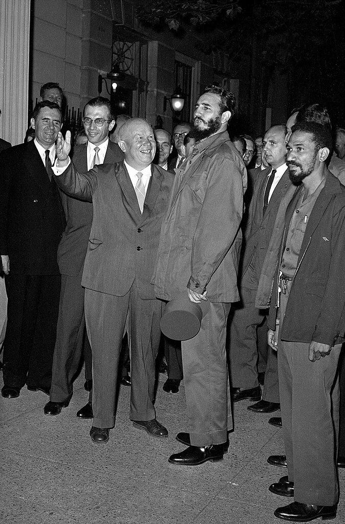 Н.С. Хрущёв приветствует  Фиделя Кастро и приглашает его внутрь  миссии СССР при ООН, 23 сентября 1960 года, Нью-Йорк
