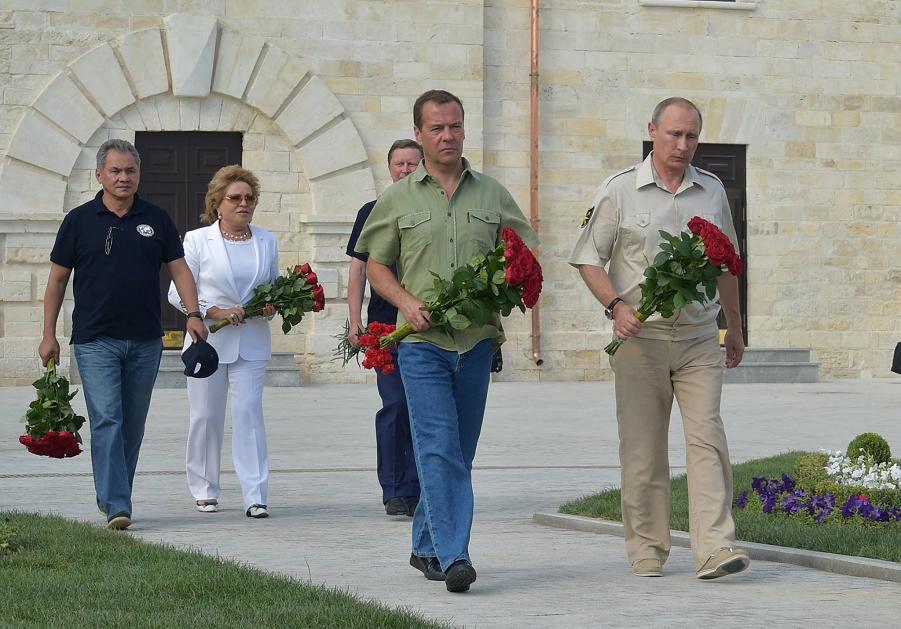 Путин и Медведев в Крыму, 18 августа 2015, иерархия.png