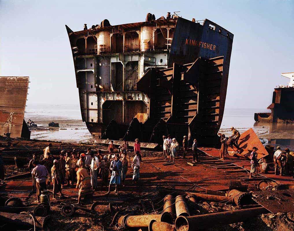 Как в Бангладеш разбирают корабли на металлолом (видео)