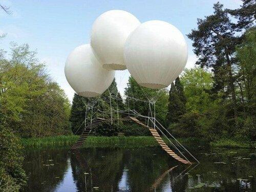 Мост держится на гелиевых шарах