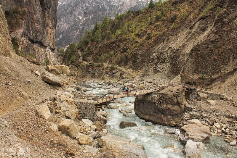 деревянный мостик через горную реку