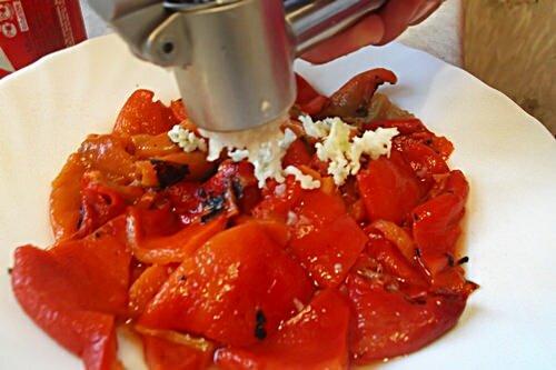 чеснок и печеный болгарский перец для салата из брынзы
