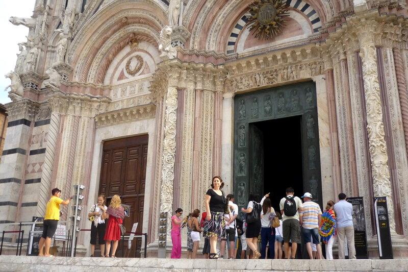 Италия 2011г. 27.08-10.09 523По широким ступеням входим в Сиенский Собор в честь Успения Пресвятой Девы Марии.И сразу видим роскошный и неповторимый по красоте мраморный пол.jpg