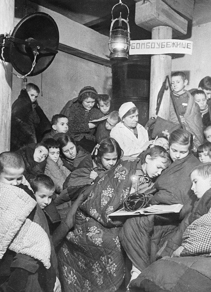 Дети в бомбоубежище во время налета авиации противника.  Ленинград.