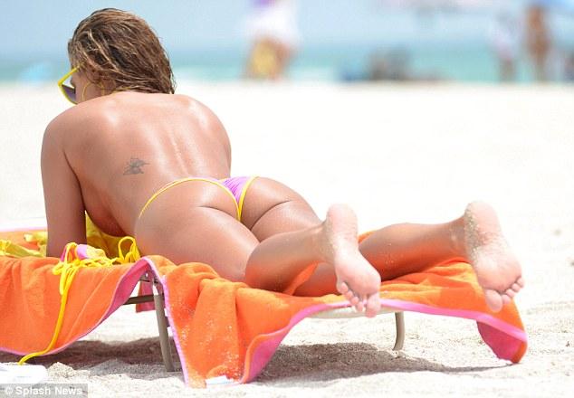 Очевидцы: на пляже Минского моря женщине не понравилось, что рядом загорали топлес, — на вызов приехал ОМОН