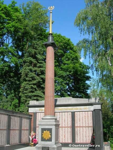 Обелиск на братской могиле Донского кладбища в Москве
