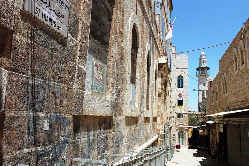 Минарет  мечети  Омара  с  узкой улочки Старого города