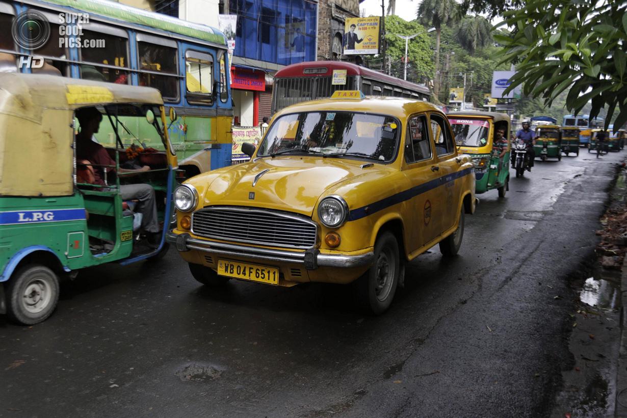 Индия. Калькутта, Западная Бенгалия. 26 мая. Такси Hindustan Ambassador двигается по городу. (AP Pho