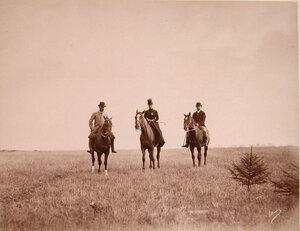 Императрица Мария Федоровна (в центре) во время прогулки верхом на лошади.