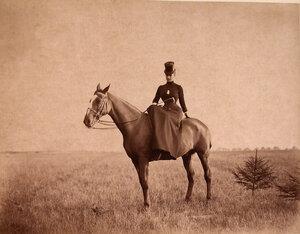 Императрица Мария Федоровна во время прогулки верхом на лошади.