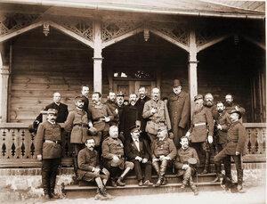 Группа [чиновников, служащих, егерей], сопровождавших членов императорской фамилии на охоте.