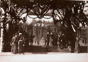 Группа офицеров на станции в ожидании прибытия императорской фамилии.