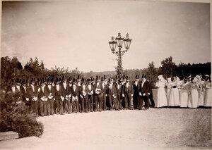 Группа делегации,встречающей императорскую фамилию.