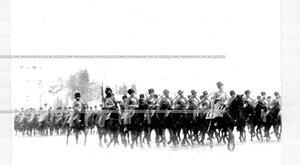 Подразделение полка проходит церемониальным маршем на параде.